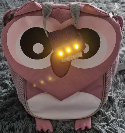 Lightee Licht an dem Rucksack befestigt